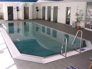 schwimmbecken aus edelstahl mit berlaufrinne und treppe fkb schwimmbadtechnik. Black Bedroom Furniture Sets. Home Design Ideas